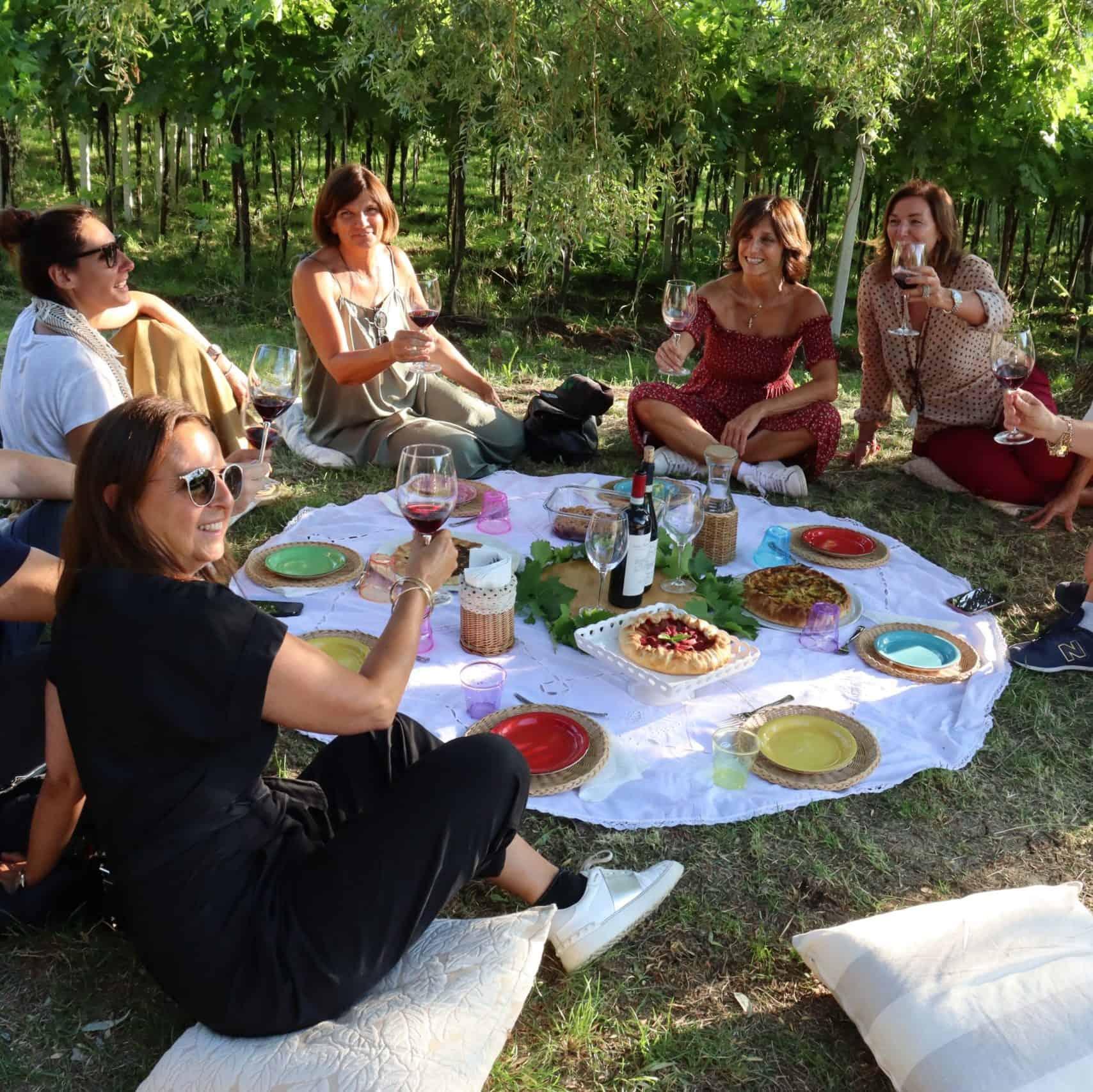 Ragazze brindano tra le vigne della Valpolicella